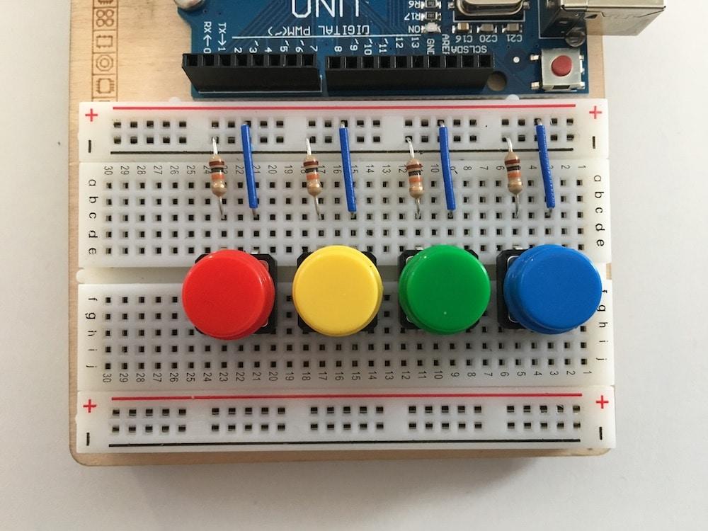4 farbige Buttons auf einem Arduino-Breadboard