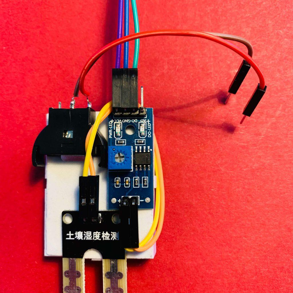 Die Kabel an den übrigen Pins des Feuchtigkeitssensors